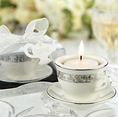Xícara de chá de porcelana e vela em miniatura